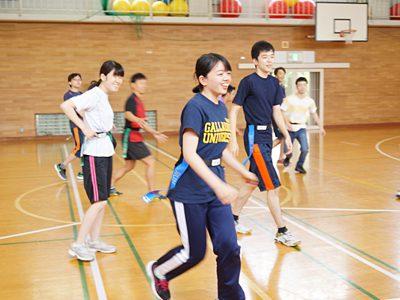 タグラグビーの授業で皆と一緒に走り回る大川さん