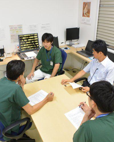 3人の先生に囲まれる勉強会風景