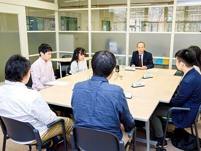 石原新学長と保健科学部の学生たち