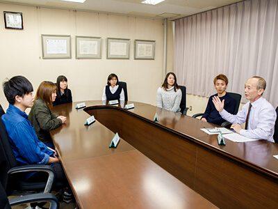 石原新学長と産業技術学部の学生たち