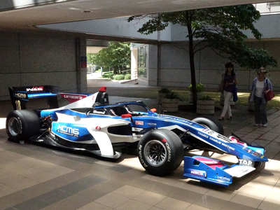 2019年度のオープンキャンパスで特別展示されたレーシングカー(SF19)