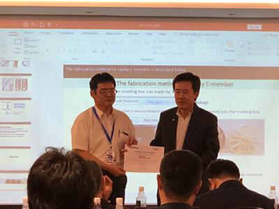 田中先生(左)APCS2018でFull Paper Awardを受賞の様子
