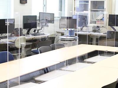 机の上に設置された飛沫防止の大きなアクリル板