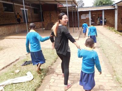 ルワンダで子供たちとかかわっている様子